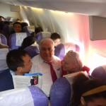 Людмила Скирда дає автограф фану в літаку
