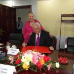 Розпис у книзі почесних гостей. Посол України в КНР Ю.В. Костенко