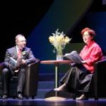 Генеральний консул України в Шанхаї С. Бурдиляк і актриса Шанхайського театру читають вірші Людмили Скирди