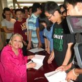 Автографи студентам Пекінського університету нафти